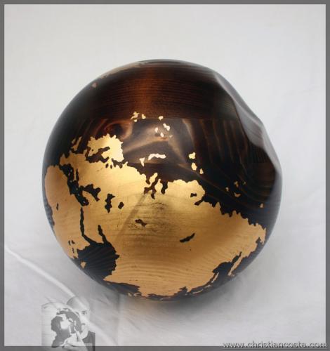 MONDO AMMACCATO (SFERA MOGANO) F3, legno e foglia d'oro, diam. cm 29, 2011