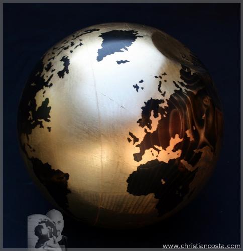 MONDO AMMACCATO (SFERA ORO) F3, legno e foglia d'oro, diam. cm 30, 2011