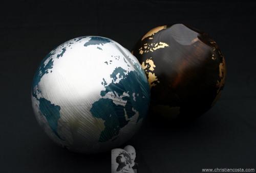 MONDO AMMACCATO (coppia di sfere), legno e foglia d'argento e argento, diam. cm 28 e 26, 2011