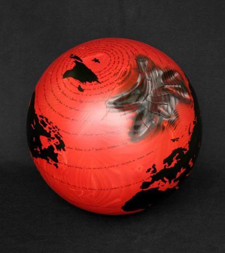 WW.B. - P. Levi - Se questo è un uomo -  (sfera rossa)(F2) - 2013 - Legno, carbone e smalto - Diam. 31 cm
